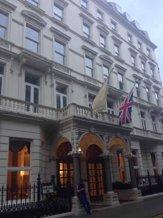 ホテル入口。駅から徒歩3分と便利な立地ながら周辺は閑静な住宅地。