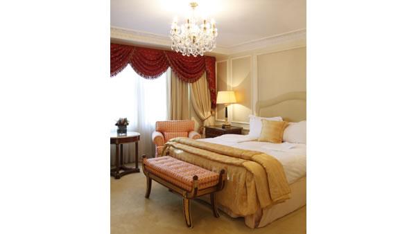 シャンデリアに豪華なインテリア。プリンセス気分を味わえる The Harrington Suite
