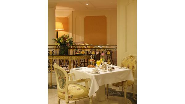 レストランもエレガント。朝食から贅沢なひとときを。