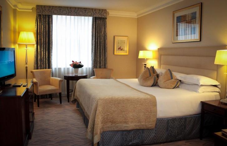 Superior King Room. トラディショナルな英国風スタイル。クラッシックながらモダンな要素を取り入れて心地よい空間に