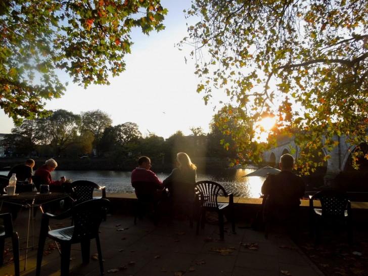 これはリッチモンド市街地のテムズ川沿いの眺め<br>秋の光が美しい・・・秋の遠足にぴったりのロケーションです ^^