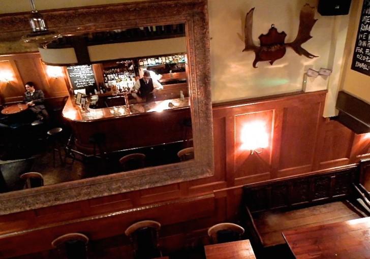 シックな1階バーはアフター5を楽しむ人で人で大賑わい