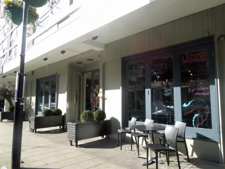 コノート・ヴィレッジの端っこにある広い店