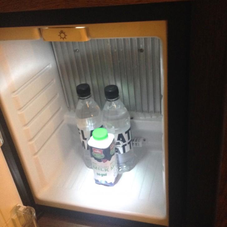 冷蔵庫内のミネラルウォーターとミルク(豆乳に変更可能)は無料のサービス