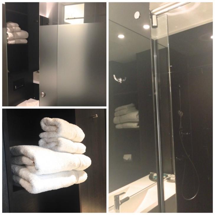 スタイリッシュなバスルーム。全室シャワーのみ。シャワーのお湯の出がよく、リフレッシュできる。ふかふかの大きなタオルも肌触り抜群