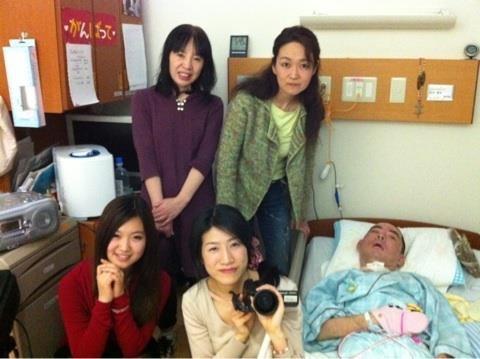 主人公の「かっこちゃん(左奥)、ベッドに寝ている男性が「宮ぷー」、岩崎監督(右下の女性)。