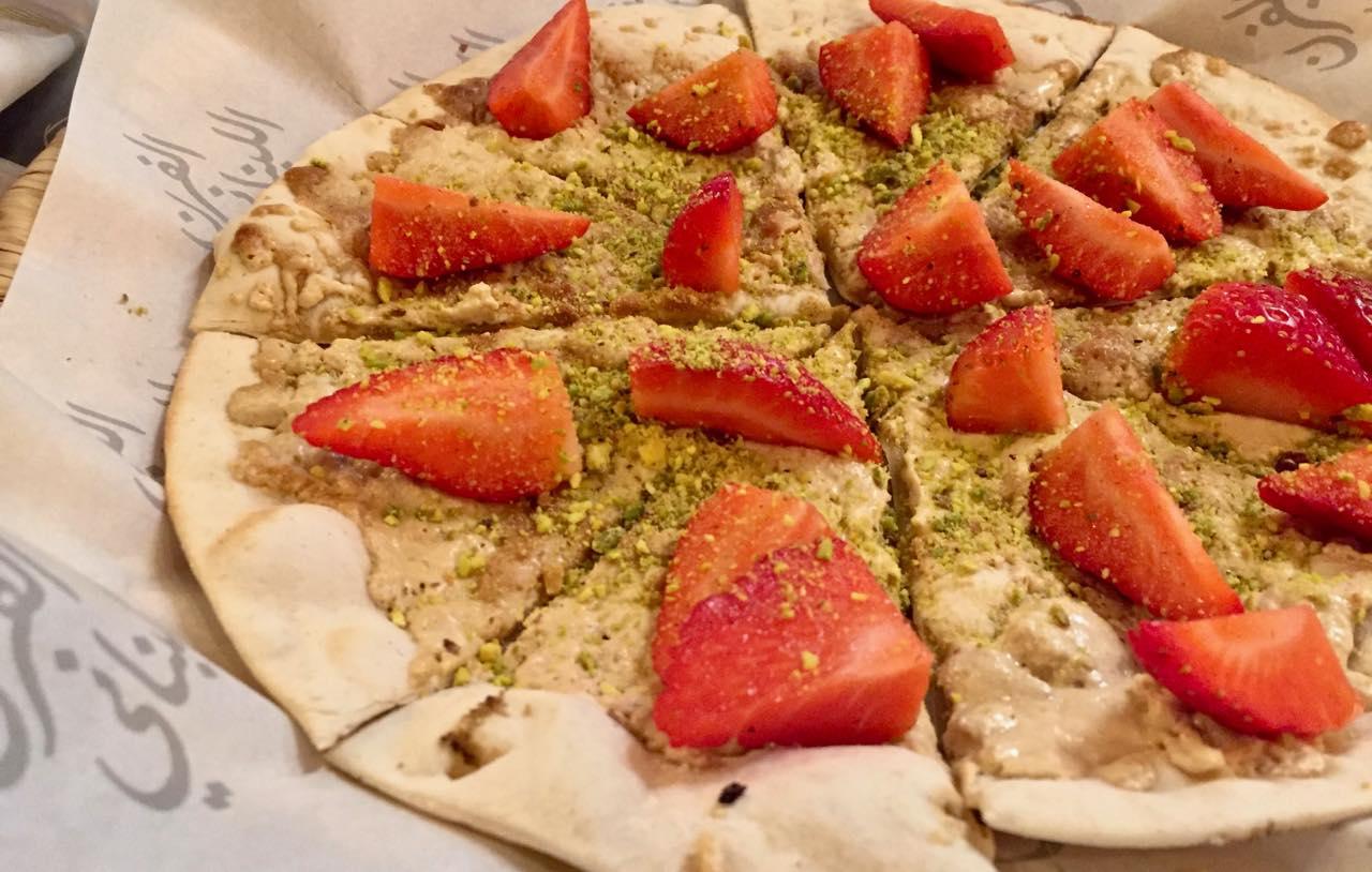 ある日の二次会のデザート。ハルヴァとイチゴのトッピング。焼きたて美味しい♡