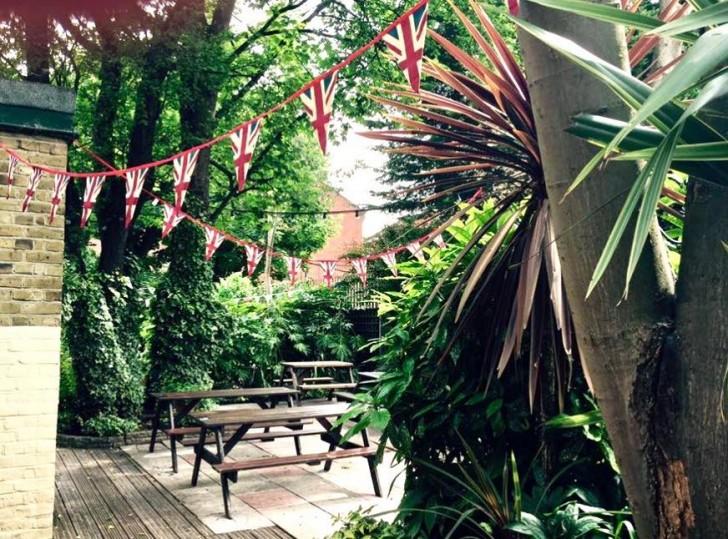 お店のサイトから拝借したバック・ガーデンの写真。夏が待ち遠しいですな