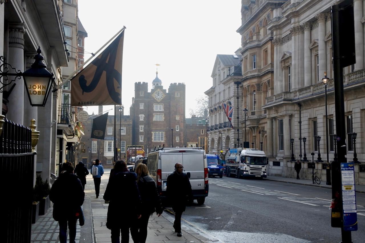 奥にセント・ジェームズ宮殿が見えます! 左にAvenueの「A」の旗が見えますね ^^